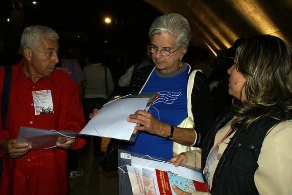 Kenia Serrano, Presidenta del ICAP, y Magali Llort, Madre del héroe Fernando González, durante la Convención.  Foto: Norelys Morales