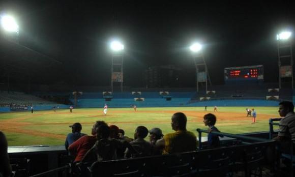 El estadio Latinoamericano ya cuenta con un sistema moderno de iluminacion, en La Habana, el 17 de junio de 2011. AIN FOTO/Marcelino VAZQUEZ HERNANDEZ