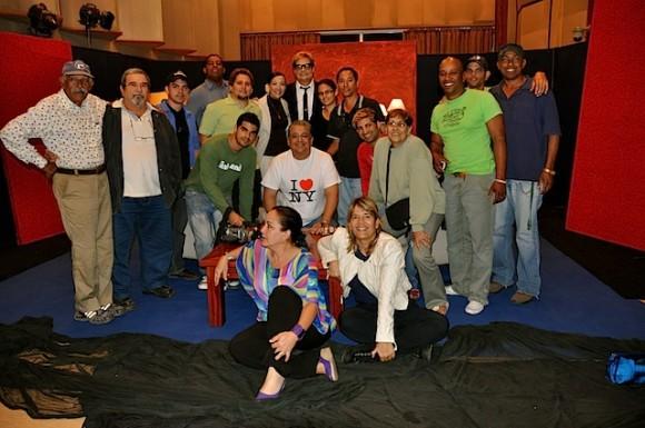 """Con el equipo de realización de """"Con 2 que se quieran"""", programa que conduce Amaury Pérez. Foto: Petí"""