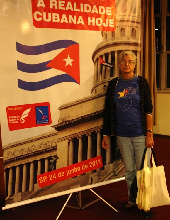 Magali Llort a la entrada del teatro del Club Homs, de Sao Paulo.