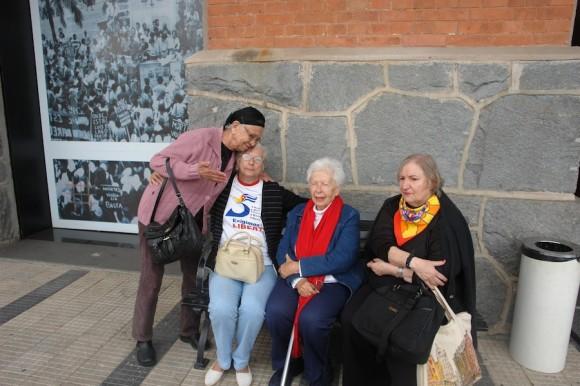 En la entrada del Memorial de la Resistencia, de izquierda a Derecha: Damaris Lucena, Magali Llort, Elsa Lobos y Clara Sharf.