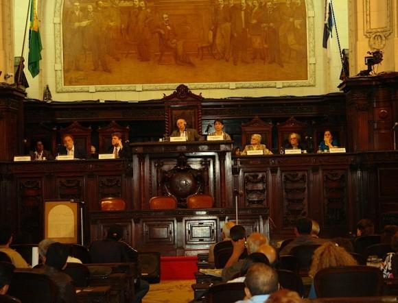 """En el Palacio de Tiradentes, sede de la Asamblea Legislativa de Rio de Janeiro, durante el debate """"Los desafíos de la Revolución cubana, 52 años después""""."""