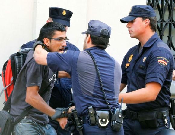 policia-espanoala-cargan-contra-los-indignados-2