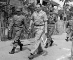 Los Papeles del Pentágono fueron comisionados por el Secretario de Defensa Robert McNamara en 1967. McNamara, centro, inspecciona la formación de los vietnamitas unidades de guardia civil en Canción de Mao, a 100 kilómetros al este de Saigón, Vietnam. Está acompañado por el coronel Nguyen Hoang Quoc, jefe de la provincia de Binh Thuan. Más información: todas las 7.000 páginas del informe una vez al secreto