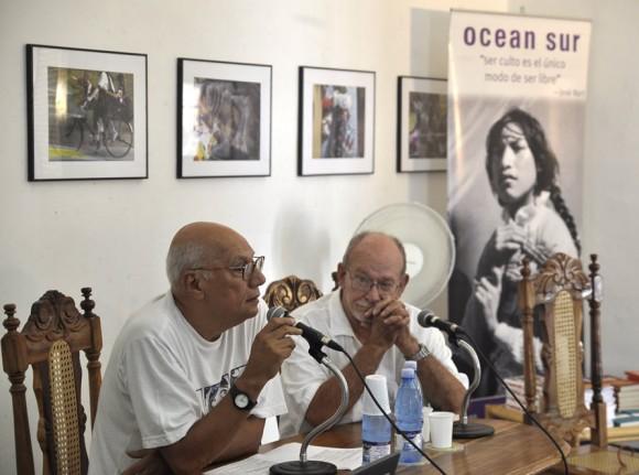 El poeta y cineasta cubano Víctor Casaus y el sociólogo cubano Aurelio Alonso. Foto: Kaloian.