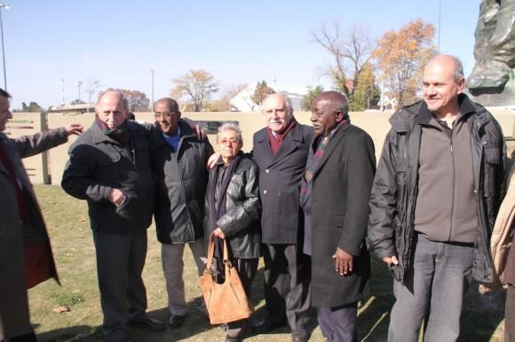 De izquierda a derecha, el embajador cubano Jorge Lamadrid, Carlos Calica Ferrer, Pombo, Delia, viuda de Alberto Granados, uno de los organizadores del evento, Dreke y el Champa Galleotti. Foto: Arleen Rodríguez