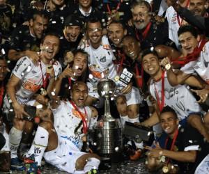 Los jugadores del Santos posan con el trofeo de ganadores de la Copa Libertadores, en Sao Paulo. VICTOR R CAIVANO | AP