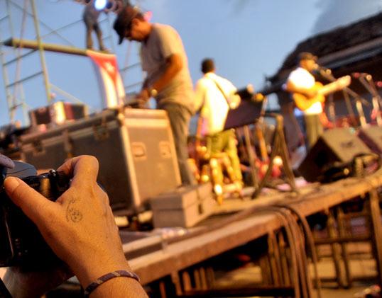 El trovador cámara en mano. Foto Kaloian