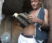 El zapatero de Coco Solo lee mientras espera por el concierto de Silvio. Foto Kaloian