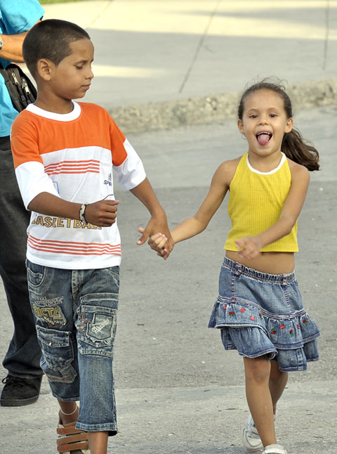 Una pareja de pequeños rumbo al concierto de Silvio en Coco Solo. Foto Kaloian