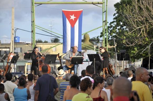 La cellista Amparo del Riego, el guitarrista argentino Víctor Pellegrini y la flautista Niurka González. Foto Kaloian