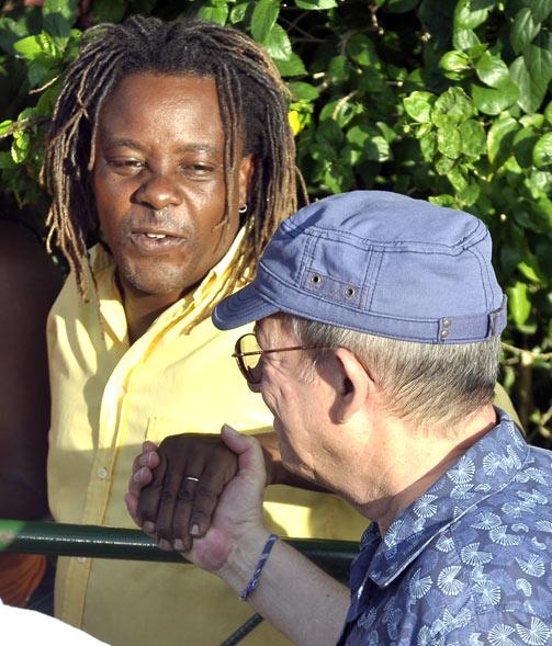 Silvio Rodríguez saluda a vecinos de La Timba. Foto Kaloian