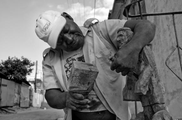 Tallando a San Lázaro. Foto: Roberto Chile