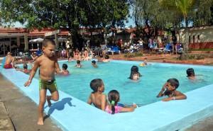 Niños disfrutan del baño en la piscina de la Villa Los Laureles, perteneciente a la cadena de turismo Islazul, en Sancti Spíritus, el 20 de junio de 2011.  AIN FOTO/Oscar ALFONSO SOSA/