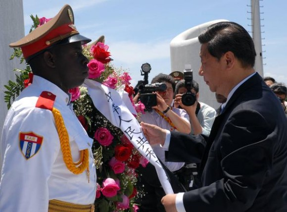 Xi Jinping (D), miembro del Comité Permanente del Buró Político del Comité Central del Partido Comunista de China y Vicepresidente de la República Popular China, durante la colocación de una ofrenda floral a José Martí,  en la Plaza de la Revolución, La Habana, Cuba, el 5 de junio de 2011.AIN FOTO/Sergio ABEL REYES/