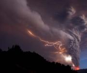 Vista de hoy, domingo 5 de junio de 2011, de la erupción del complejo volcánico Puyehue - Cordón Caulle en Riñinahue (Chile), que entró ayer en erupción en el sur de Chile y obligó a ordenar la evacuación de unas 3.500 personas de los alrededores, mientras la columna de humo se eleva ya a diez kilómetros de altura y las cenizas han comenzado a llegar a Argentina. EFE/