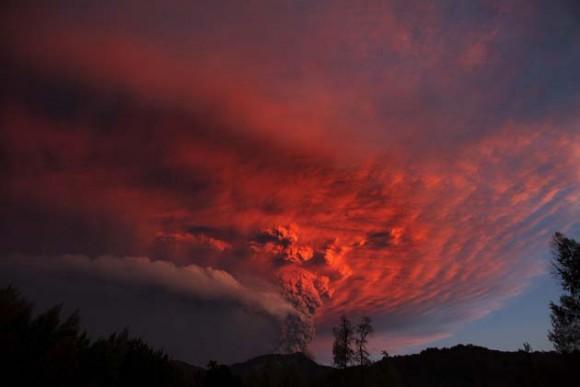 Vista de hoy, domingo 5 de junio de 2011, de la erupción del complejo volcánico Puyehue - Cordón Caulle en Riñinahue (Chile), que entró ayer en erupción en el sur de Chile y obligó a ordenar la evacuación de unas 3.500 personas de los alrededores, mientras la columna de humo se eleva ya a diez kilómetros de altura y las cenizas han comenzado a llegar a Argentina. EFE/Ian Salas
