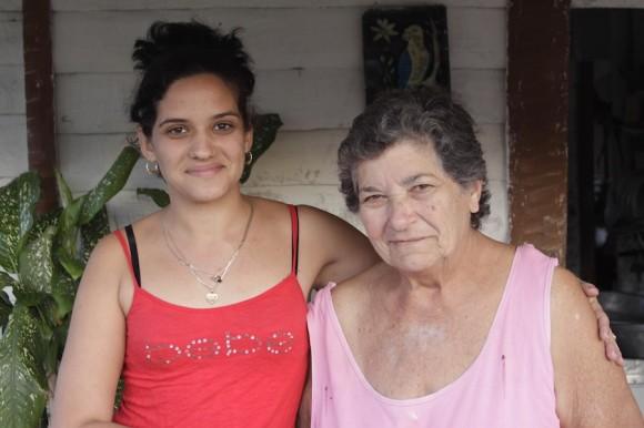 Yeni y Consuelo, su abuela. Foto: Alejandro Ramírez Anderson