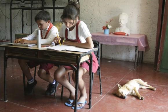Niña cuida a los niños. Foto: Alejandro Ramírez Anderson