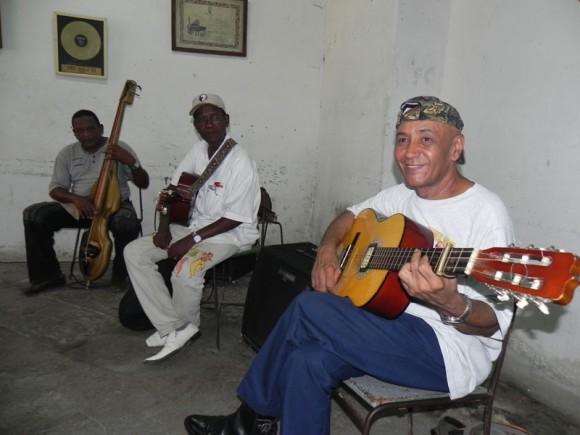 Felipe Ferrer, tres  y director de Septeto Habanero, Faustino Sánchez guitarra e Ibrahim Aties, bajista del Habanero. | Foto: Marianela Dufflar