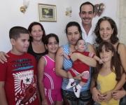 Foto familiar en la casa de Bartolito, donde ya son parte de este hogar, el Dr: Fernando Fernandez Romo, y la Dr: Ana Iskra Meisozo. Foto: Ismael Francisco.