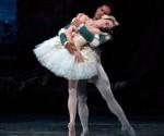 """El bailarín cubano José Manuel Carreño y la bailarina Julie Kent en una escena de """"El lago de los cisnes"""" en Nueva York, el jueves 30 de junio de 2011, en una fotografía proporcionada por la compañía American Ballet Theatre. (Foto AP/ABT, Rosalie O'Connor)"""