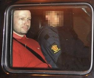 El noruego Anders Behring Breivik fue llevado el sábado 13 de agosto de 2011 a la isla de Utoya para que hiciera una reconstrucción de su ataque en el que asesinó a tiros a 69 personas el 22 de julio, dijo el domingo la policía.
