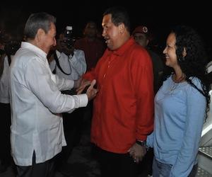 el-presidente-venezolano-hugo-chavez-fue-recibido-por-su-homologo-cubano-raul-castro-estudios-revolucion-580x4351