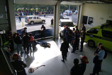 Imagen del lugar donde fue asesinado Facundo Cabral. El cadáver del cantautor reposa cerca del coche que conducía cuando fue tiroteado. (Foto: EFE, Carlos Perez)