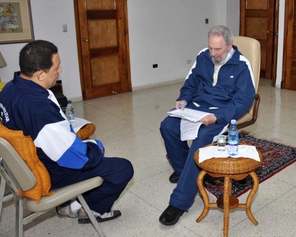 Fidel Castro y Hugo Chávez conversan en La Habana, Cuba, el 3 de julio de 2011. Foto: Estudios Revolución/Archivo de Cubadebate