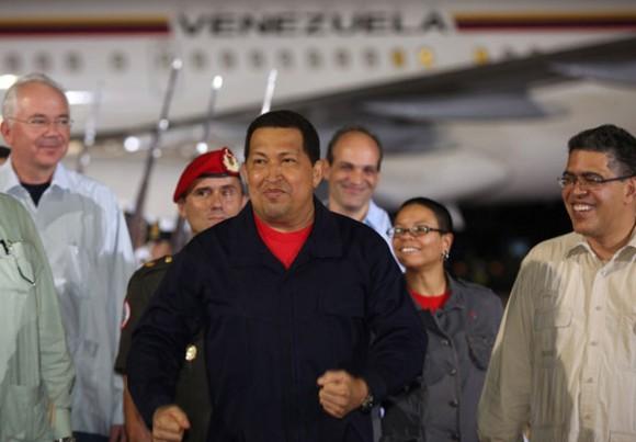 A su llegada al aeropuerto en Maiquetía, el mandatario venezolano conversó con los miembros de su gabinete, a quienes felicitó e invitó a continuar ganando nuevas batallas. Foto: Prensa Presidencial