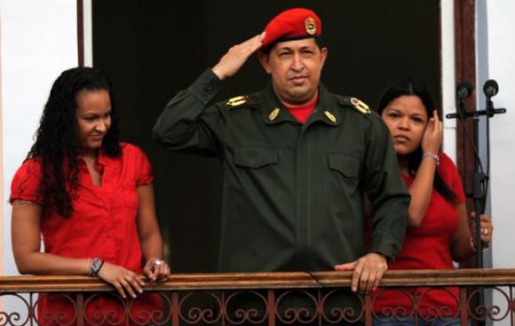 """Al grito de """"Uh, ah, Chávez"""", los seguidores recibieron al convaleciente mandatario, que salió vestido de traje de campaña, su característica boina roja y levantando una bandera nacional."""