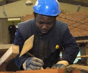 Inmigrante empleado en el sector de la construcción en España.