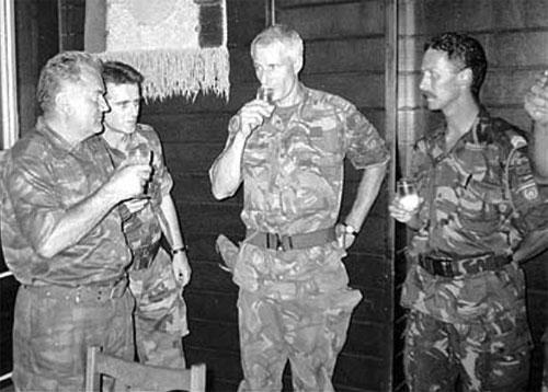 Ratko Mladic (izq.) con el coronel holandés Ton Karremans, el 12 de julio de 1995.