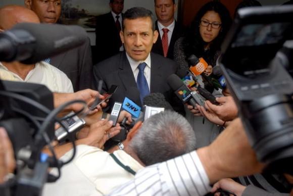 """Ollanta Moisés Humala Tasso (C), presidente electo de la República del Perú, ofreció declaraciones a la prensa, en el Aeropuerto Internacional """"José Martí"""", en La Habana, Cuba, momentos antes de partir de regreso a su país, el 19 de julio de 2011. AIN FOTO/Oriol de la Cruz ATENCIO"""