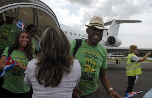 """Integrantes de la 22 Caravana de la Amistad Estados Unidos-Cuba (Pastores por la Paz), son recibidos a su llegada al aeropuerto internacional """"José Martí"""", de La Habana. Foto: AIN/Omara García Mederos"""
