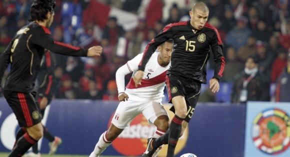 Jorge Enriquez impulsa el balón en una derrota por 1-0 ante Perú
