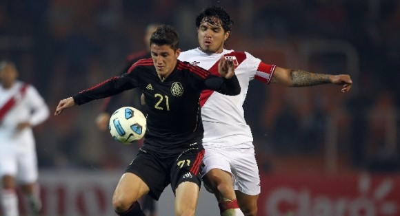 Jugador mexicano protege el balón en la derrota ante Perú por 1-0