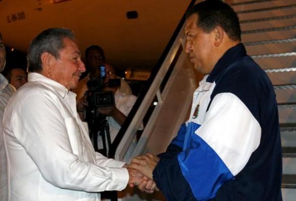 Hugo Chávez a su llegada a Caracas. Foto: Ismael Francisco, Prensa Latina
