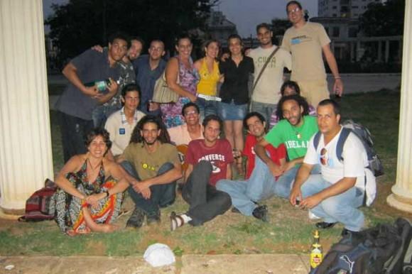 Participantes de #Twiitthab en parque de La Habana: @elimm @roger213tm @leunamrguez @alepmalagon @iroko @chiringadecuba @cubanadecorazon @elainediaz2003 @laeconomista @koratsuki @isa_universidad @unaprevia @rafauniversidad