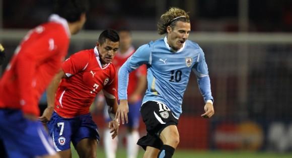 Diego Forlán, que ganó como mejor jugador de la última Copa del Mundo, y Alexis Sánchez, elegido el mejor jugador LG del partido