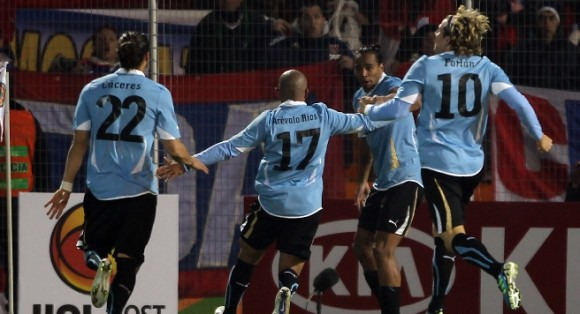 Alvaro Pereira conmemora el gol con sus compañeros de equipo