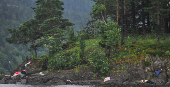 """Esta madrugada, la policía noruega ha aportado una última cifra de víctimas, más de ochenta muertos por el tiroteo en Utoya. Una matanza de """"dimensiones catastróficas""""."""