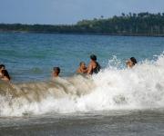 Los baracoenses disfrutan del verano en la playa de arenas negras situada en las proximidades del estadio de béisbol, en Baracoa, Guantánamo. 13 de julio de 2011. AIN FOTO/Oscar ALFONSO SOSA