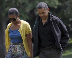 Barack Obama y su esposa, Michelle, tras regresar de la residencia de fin de semana en Campo David. El jefe de la Casa Blanca enfrenta una de las peores crisis económicas en la historia de Estados Unidos
