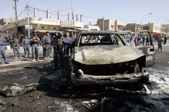 Un policía iraquí inspecciona un ataque con bomba en Kirkuk, a 250 km de Bagdad, el 15 de agosto de 2011. Foto: Reuters