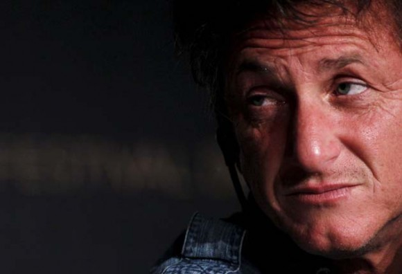 """El actor estadounidense Sean Penn asiste a la rueda de prensa de la película """"This Must Be the Place"""" (este debe ser el lugar) en la sexagésimo cuarta edición del Festival de Cannes (Francia) hoy, viernes, 20 de mayo de 2011. La película, del director italiano Paolo Sorrentino, se presenta en el festival que se celebra del 11 al 22 de mayo de 2011. EFE/Guillaume Horcajuelo"""