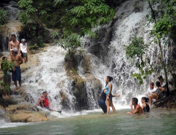 Salto de agua conocido como Solapas de Genaro, ubicado en la Sierra de Meneses, en Sancti Spíritus, Cuba, agosto de 2011.    AIN   FOTO/Oscar ALFONSO SOSA
