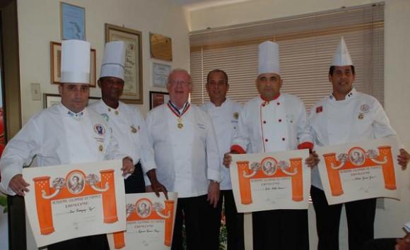 Gerard Dupont (CI), presidente de la Academia Culinaria de Francia, y Eddy Fernández (CD), presidente de la Federación de Asociaciones Culinarias de Cuba, junto a los nuevos miembros de esa institución francesa, en La Habana, Cuba, el 5 de agosto de 2011. AIN FOTO/María MADELEINE MARTINEZ