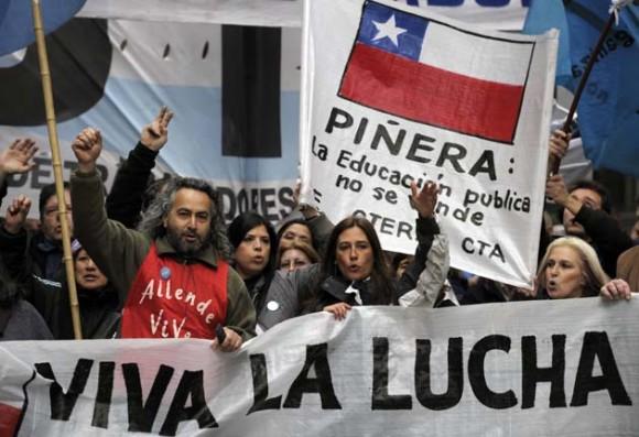 Estudiantes argentinos se solidarizan en Buenos Aires con los chiles. Foto: AFP